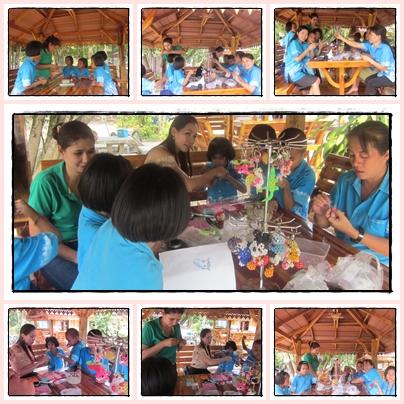วิทยากรภายนอกมาสอนร้อยพวงกุญแจด้วยลูกปัดให้กับนักเรียนโรงเรียนเกล็ดแก้ว
